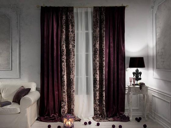 Бордовые комбинированные шторы в гостиной