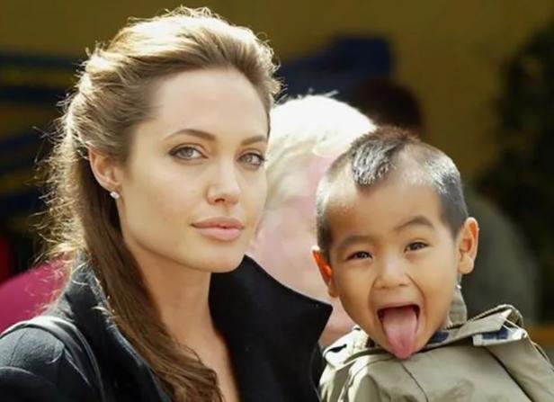 Анджелина с приемным ребенком